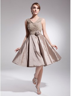 A-Line/Princess V-neck Knee-Length Chiffon Taffeta Homecoming Dress With Ruffle Flower(s) (022014517)
