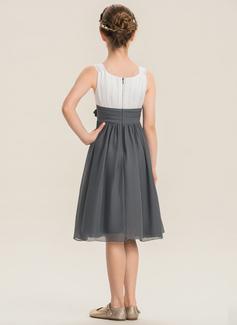 A-Linie U-Ausschnitt Knielang Chiffon Kleid für junge Brautjungfern mit Rüschen Blumen