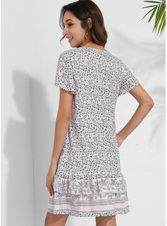 Über dem Knie V-Ausschnitt Polyester Drucken/Rüschen Kurze Ärmel Modekleider