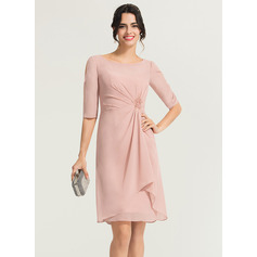 Sheath/Column Scoop Neck Knee-Length Chiffon Cocktail Dress With Ruffle Appliques Lace