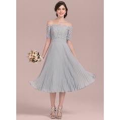 Vestidos princesa/ Formato A Off-the-ombro Comprimento médio Tecido de seda Renda Vestido de madrinha com Curvado Plissada (007126435)