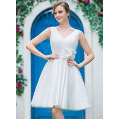 A-linjeformat V-ringning Knälång Tyll Bröllopsklänning med Rufsar Blomma (or)