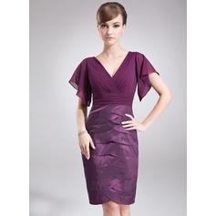 Etui-Linie V-Ausschnitt Knielang Chiffon Taft Kleid für die Brautmutter mit Gestufte Rüschen