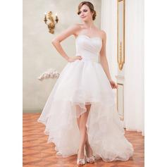 A-linjeformat Älskling Asymmetrisk Organzapåse Bröllopsklänning med Rufsar Beading Paljetter