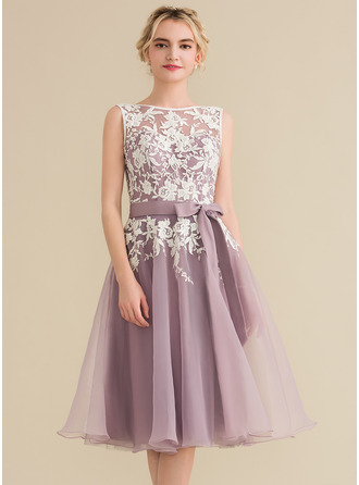 A-Line/Princess Scoop Neck Knee-Length Organza Lace Homecoming Dress With Bow(s)