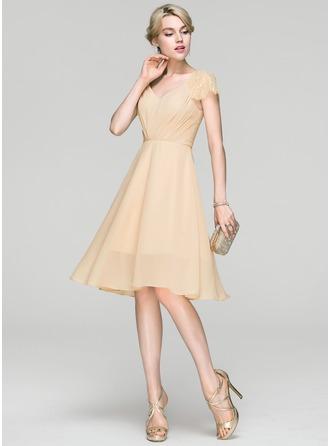 A-Line/Princess V-neck Knee-Length Chiffon Cocktail Dress With Ruffle Lace