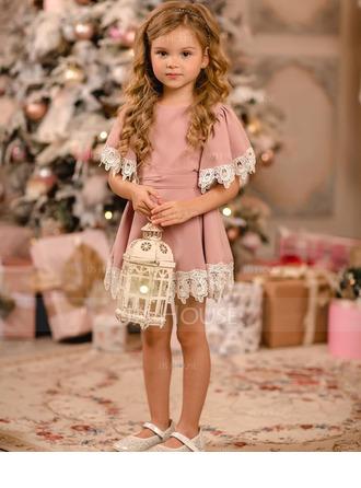 Áčkové Šaty Po kolena Flower Girl Dress - Satén/Krajka Krátké rukávy Scoop Neck