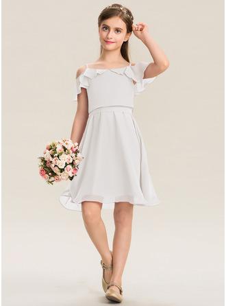 A-Linie Off-the-Schulter Knielang Chiffon Kleid für junge Brautjungfern mit Schleife(n) Gestufte Rüschen
