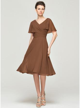 A-Linie V-Ausschnitt Knielang Chiffon Kleid für die Brautmutter mit Rüschen