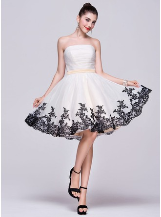 A-Line/Princess Strapless Knee-Length Organza Homecoming Dress With Ruffle Appliques Lace