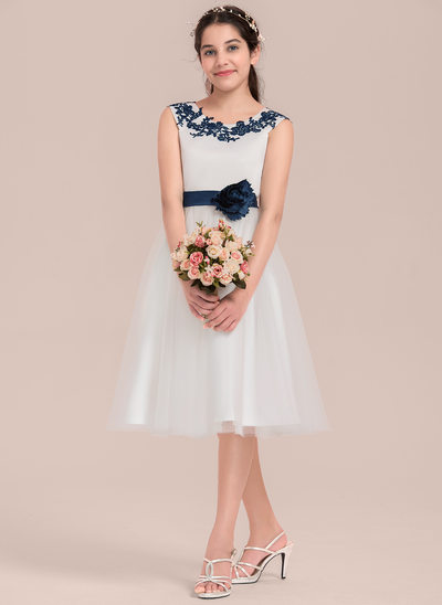 A-Line/Princess Scoop Neck Knee-Length Tulle Junior Bridesmaid Dress With Appliques Lace Flower(s)