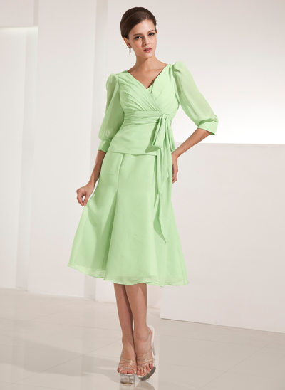 A-Line/Princess V-neck Knee-Length Chiffon Mother of the Bride Dress With Ruffle Bow(s)
