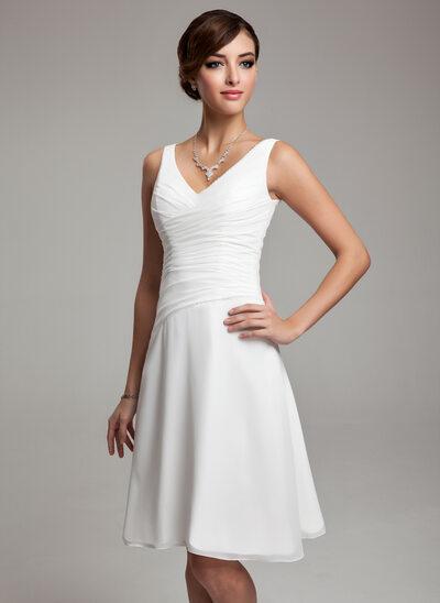 A-Linje V-ringning Knälång Chiffong Bröllopsklänning med Rufsar Beading Paljetter