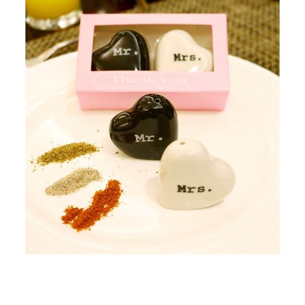"""""""Mr. & Mrs."""" Hjerteformede Keramikk Salt & Pepper Shakere (Sett med 2)"""