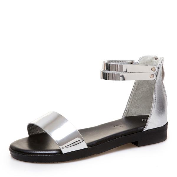Frauen Kunstleder Lackleder Niederiger Absatz Sandalen Peep Toe mit Niete Schuhe