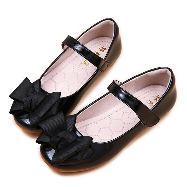A menina de Toe rodada Fechados couro envernizado Heel plana Sandálias Sem salto Sapatas do florista com Bowknot Velcro