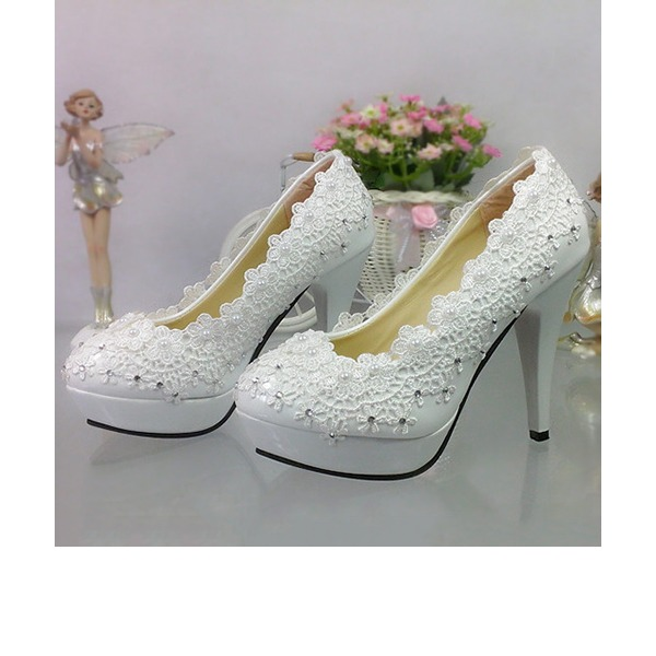 Vrouwen Patent Leather Cone Heel Closed Toe Pumps met Imitatie Parel Strass Stitching Lace